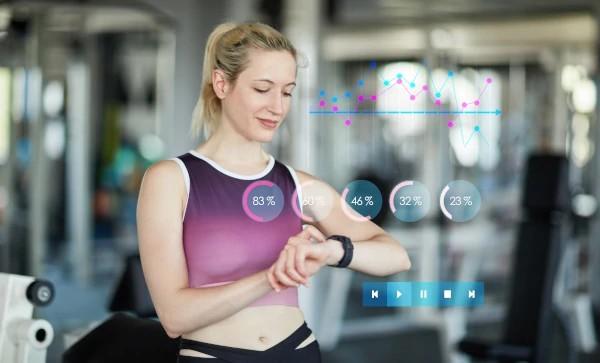 Zegarek sportowy kobieta monitoruje kondycję
